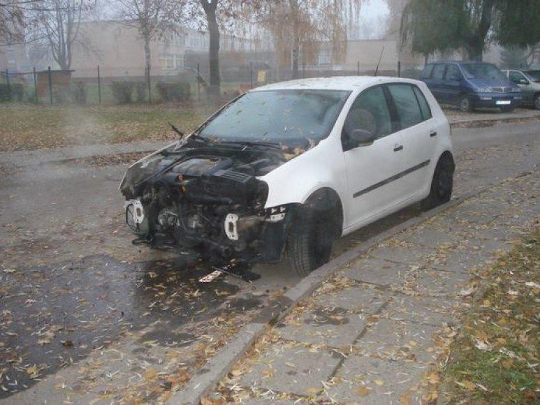 Gatvėje paliktas sudaužytas automobilis