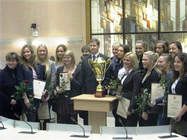 Merui A.Kupčinskui įteikta  Lietuvos jaunių žaidynių komandinė taurė.