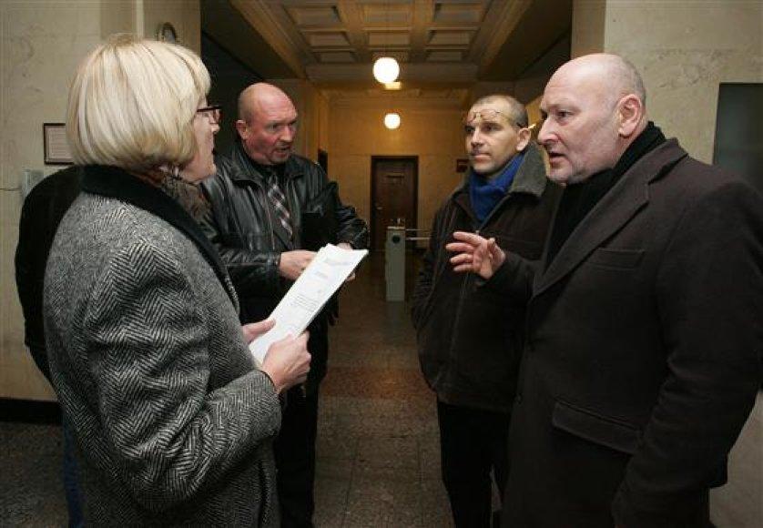 N.Lukšionytė, D.Vaičys ir R.Antinis (d.) piktinosi konkurso sąlygomis, Z.Girčys (antras iš kairės) juos bandė perkalbėti.