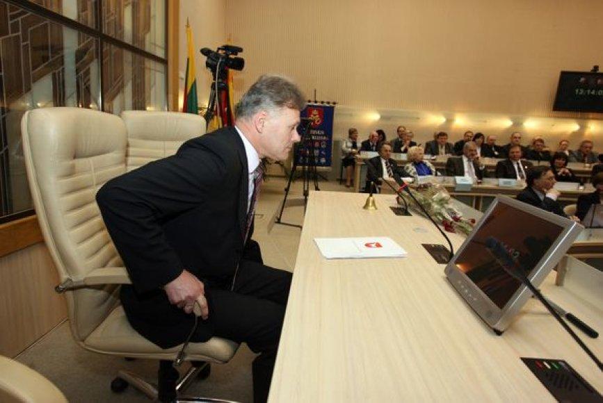 Netikėtai mero kėdę užėmęs R.Mikaitis it musę kandusius paliko A.Ručienę ir A.Kupčinską.