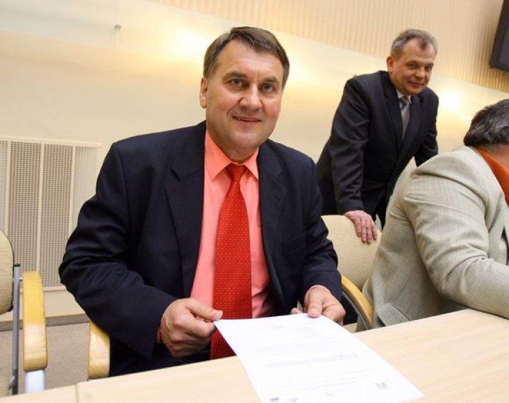 Kauno miesto savivaldybės administracijos direktorius A.Navakauskas sakė, kad departamentai tapo nebereikalinga, savivaldybės skyrių darbą dubliuojanti struktūra.