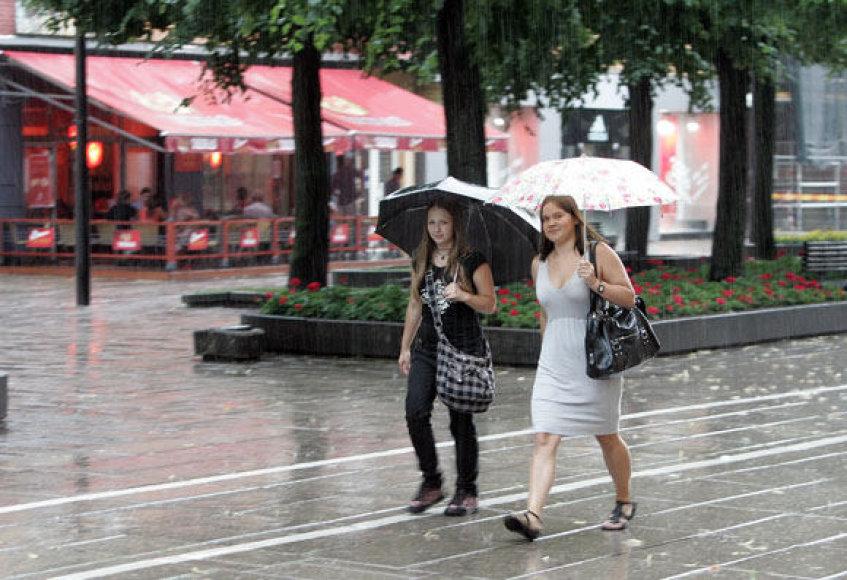 Smarkūs trumpalaikiai lietūs sutrikdė įprastą miesto ritmą.