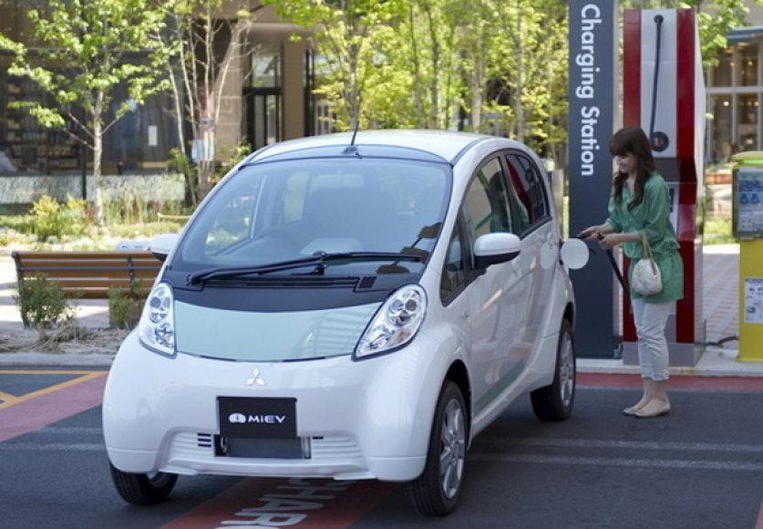 """""""Mitsubishi"""" įrengs 250 elektromobilių įkrovimo stotelių Estijoje"""