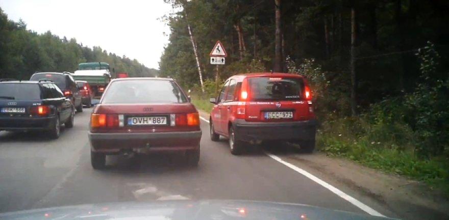 """""""Sanitex"""" automobilis, važiuojantis šalikele"""
