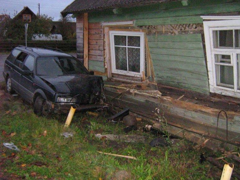 Labanore automobilis rėžėsi į namą