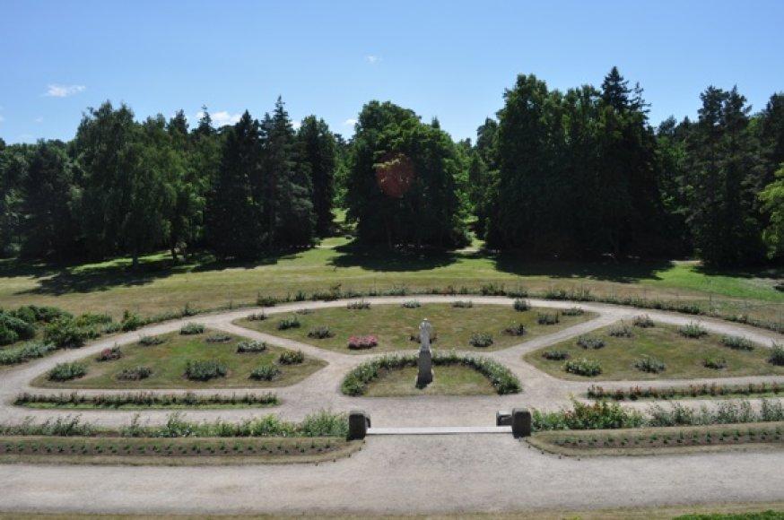 Vaizdas į parką iš dvaro balkono.