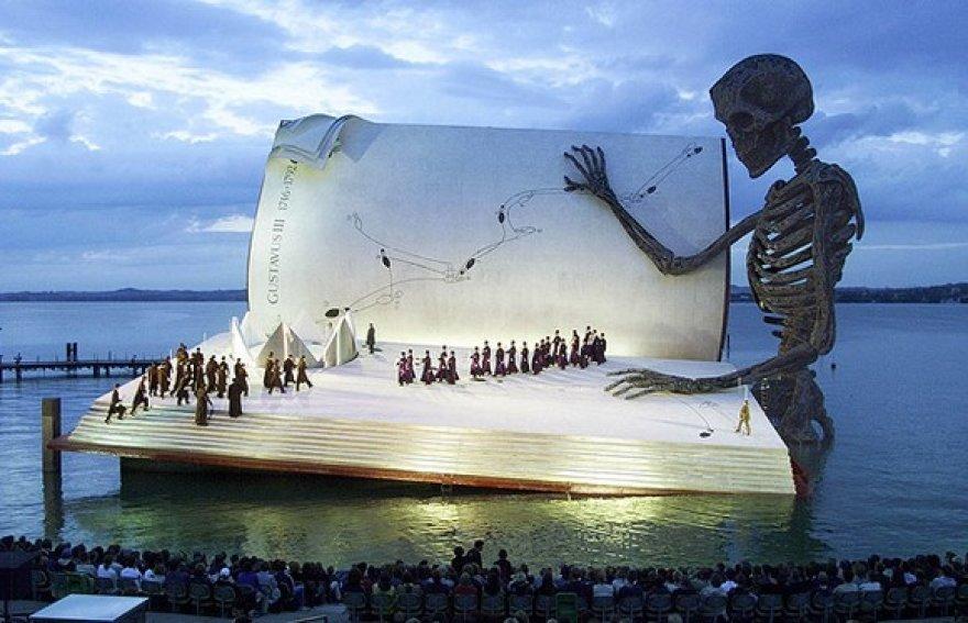 Festivalio scenos dekoracijos 1999 metais.