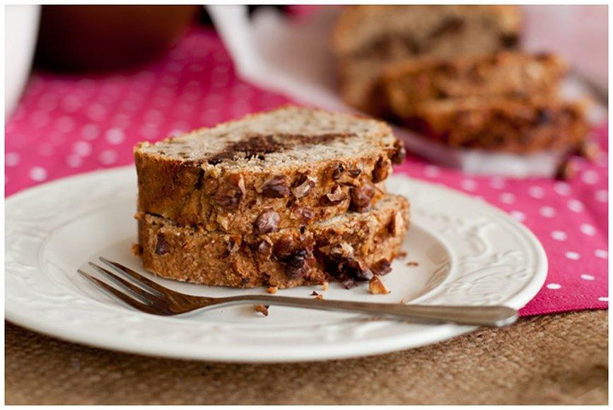 Bananų duona su ryžių miltais, graikiniais riešutais ir šokoladinio kremo sluoksniu