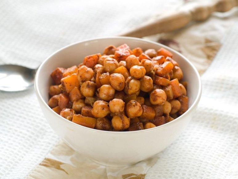 Avinžirnių salotos su morkomis, datulėmis ir riešutais
