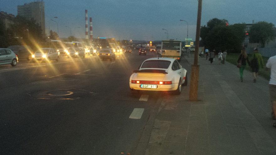 Porsche ant šaligatvio