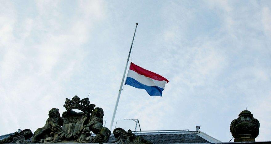 Iki pusės nuleista vėliava Hagoje