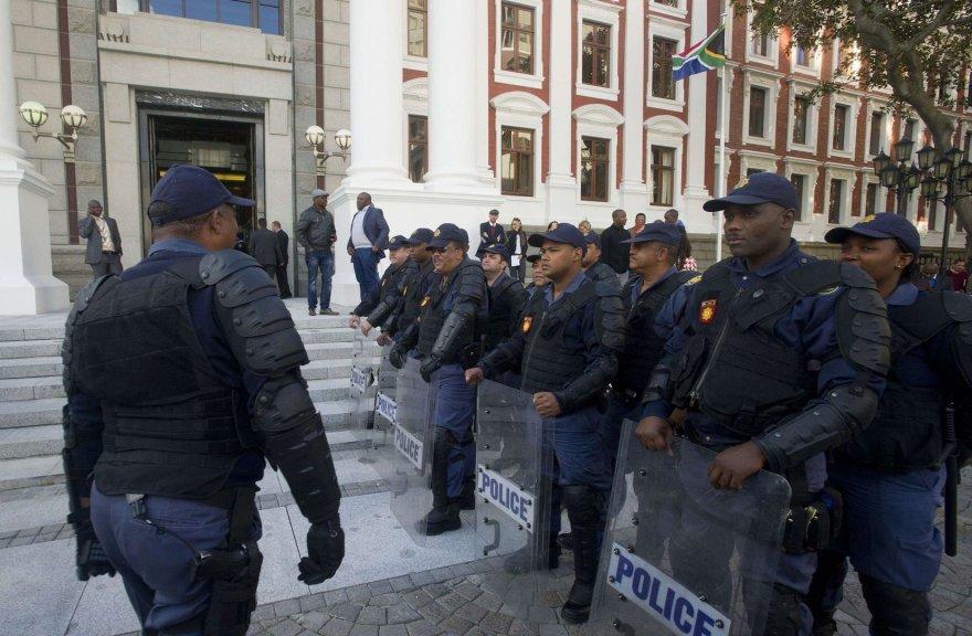 Pareigūnai prie parlamento