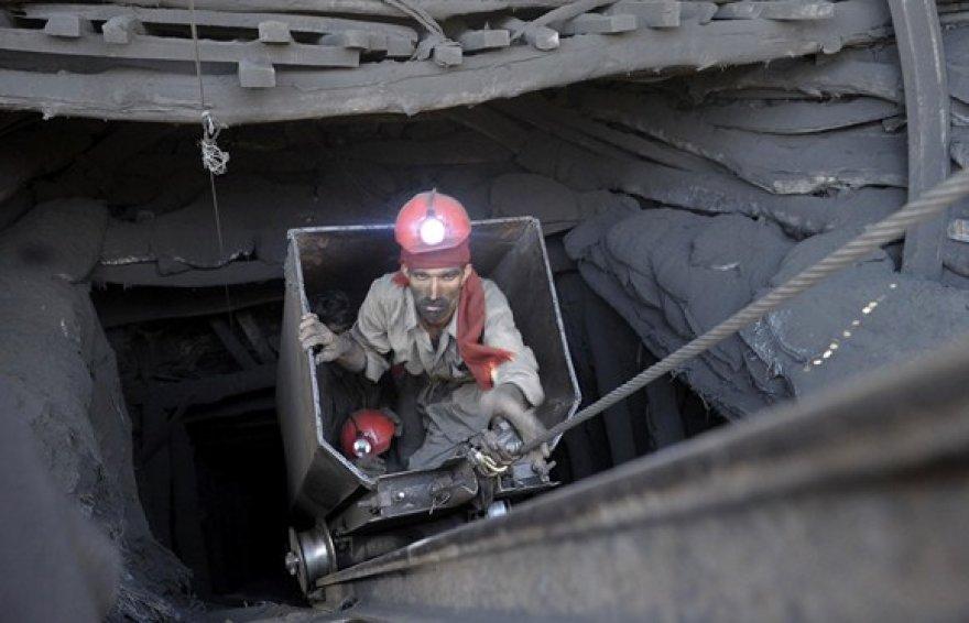 Pakistano angliakasys kyla iš tunelio.