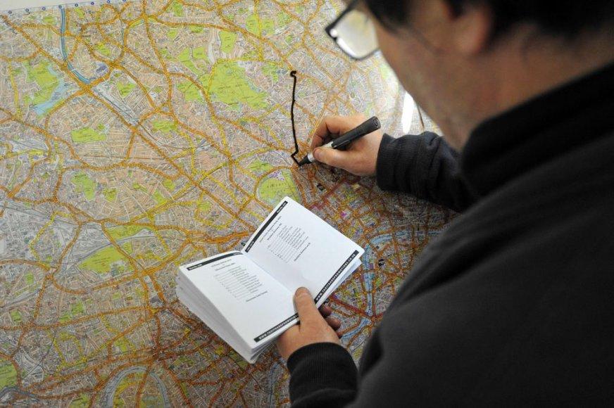 Studentas brėžia maršrutą Londono žemėlapyje