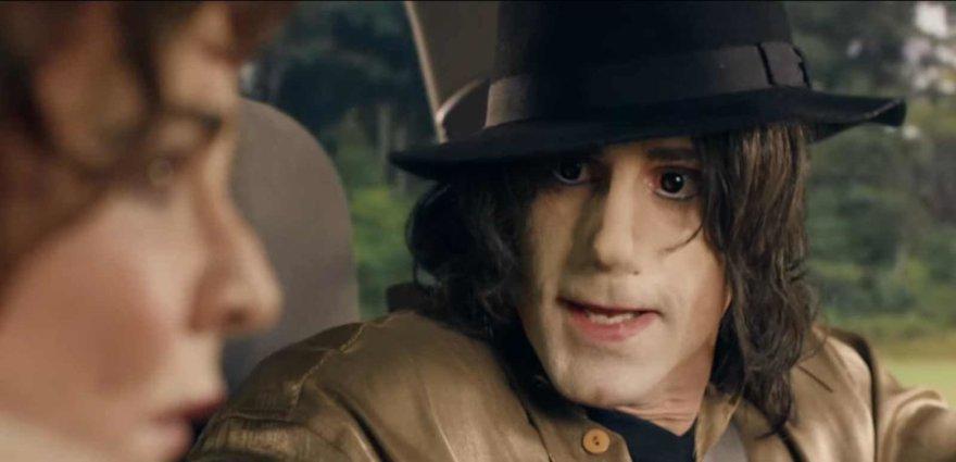 Stop kadras/Michaelą Jacksoną vaidinantis Josephas Fiennesas