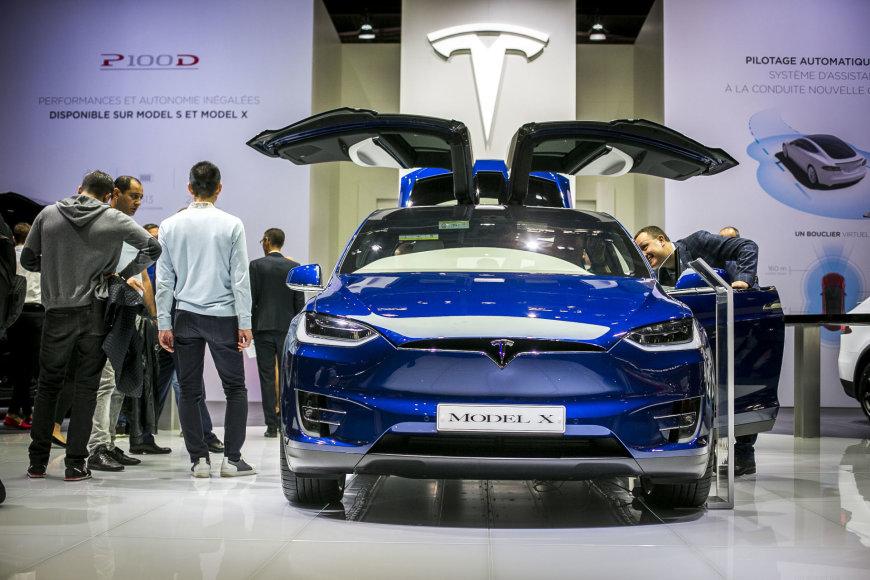 """""""Tesla Model X"""" krosoveris Paryžiaus automobilių parodoje"""