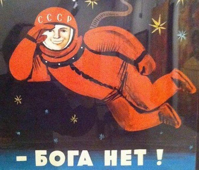 N.Chruščiovo laikų ateistinė propaganda aiškino, jog kosmonautas J.Gagarinas kosmose Dievo nematė, todėl jo nėra
