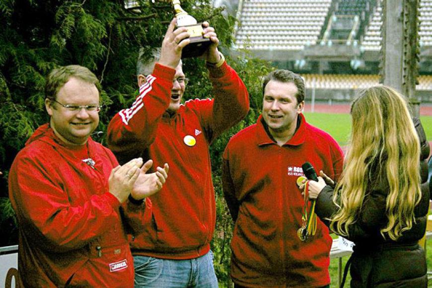 Robertas Reklaitis (kairėje) ne tik populiarino, bet ir pats žaidė petankę