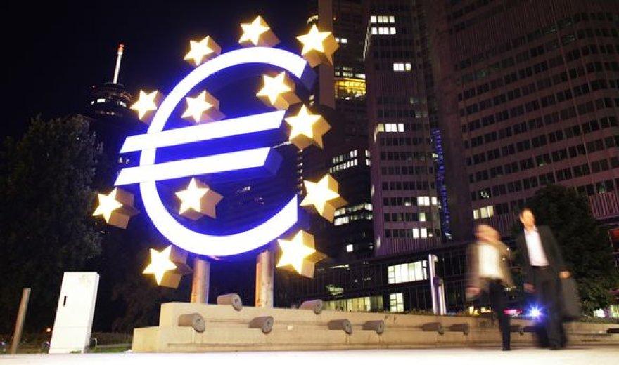 Euro simbolį vaizduojanti sklptūra prie ECB pastato.