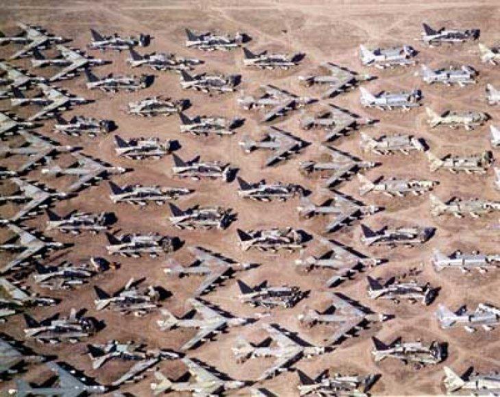 Arizonos dykumoje esančios Boneyard kapinės, kuriose saugomi nenaudojami kariniai lėktuvai