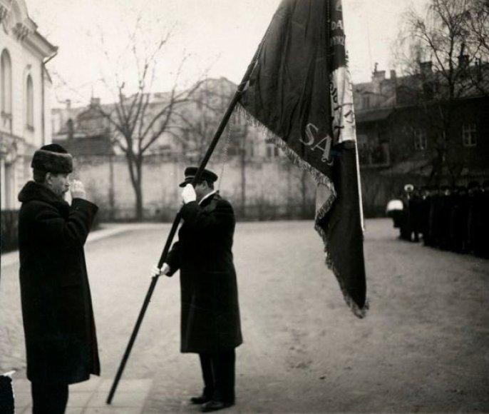 A. Smetona įteikia vėliava LŽKDLNAS, 1934 m., Kaunas.