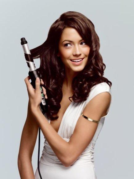 Plaukus sausina įvairios plaukų formavimo priemonės