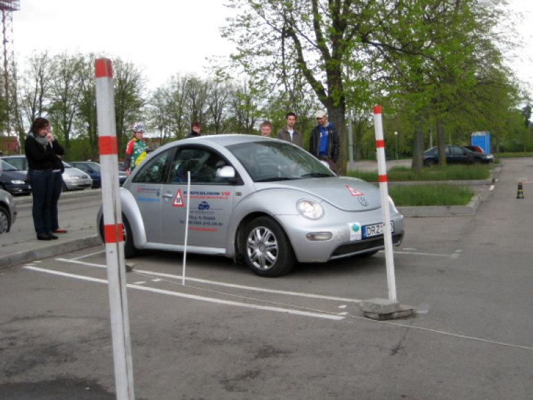 Jaunieji vairuotojai aikštelėje dar kartą prisiminė egzaminus Regitros kieme.