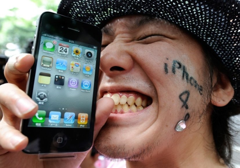 """""""Apple"""" gerbėjas džiaugiasi išmaniuoju telefonu """"iPhone""""."""