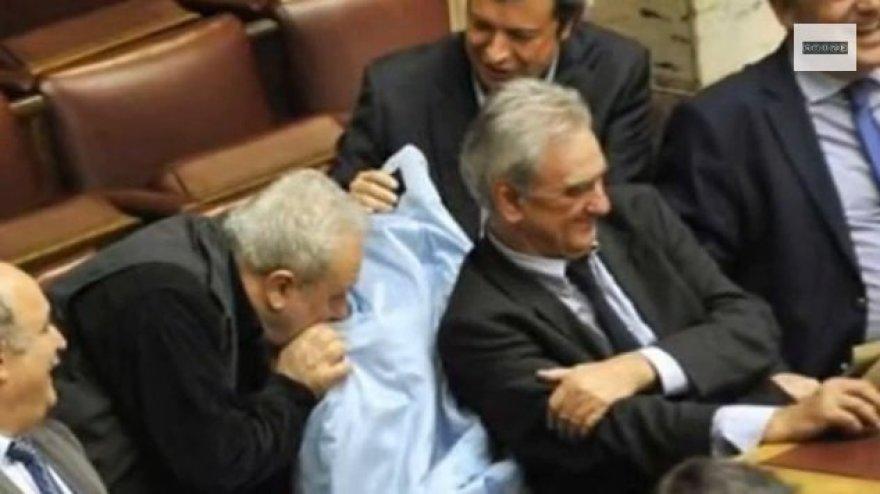 Graikijoje posėdžio metu politikas ėmė uostyti kolegės paltą.