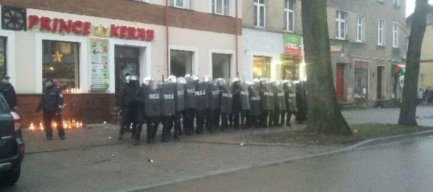 Riaušių malšinimo pareigūnai Luko mieste Lenkijoje
