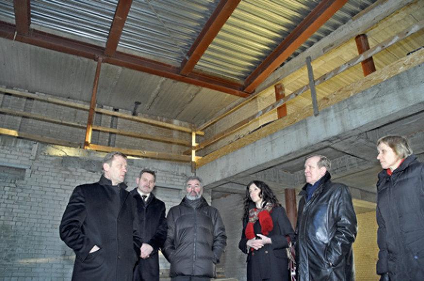 """""""Neapgaudinėkite savęs, kad Kretingai reikalinga tokia gigantiška biblioteka"""", - sakė kultūros ministras Šarūnas Birutis (pirmas iš kairės) apie amžiaus statybą Kretingoje. Šalia jo (iš kairės) - Vytautas Ročys, Juozas Mažeika, Jolita Vaickienė, Virginijus Domarkas ir Kretingos viešosios bibliotekos"""