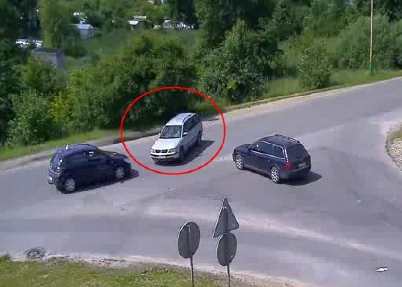 Į sankryžą įvažiavęs VW vairuotojas, tarsi nematydamas nieko aplinkui, sukdamas užkirto kelią mokomajam automobiliui.