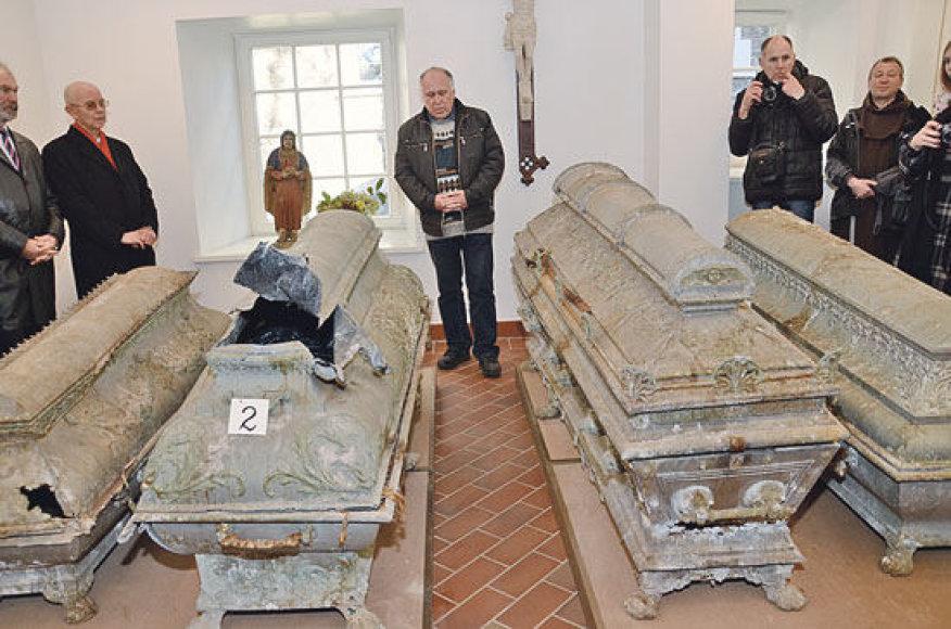 Visi keturi sarkofagai, viduryje – Sofijos ir Juozapo Tiškevičių - dabar saugomi Kretingos muziejaus Vandens malūno rūsyje. Istorikas Julius Kanarskas (centre) su paslaptingais radiniais supažindino Dvaro menų festivalio svečius.