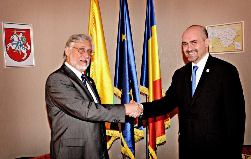 Lietuvos ambasadorius Rumunijoje Vladimiras Jarmolenka ir Lietuvos garbės konsulas Ionas Antonio Tache