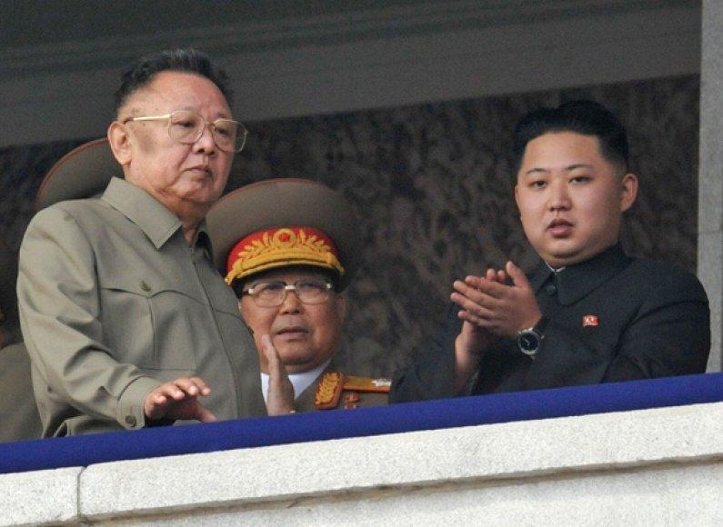 Šiaurės Korėjos lyderis Kim Jong-Ilas (kairėje) su savo jaunausiu sūnumi Kim Jong-Unu