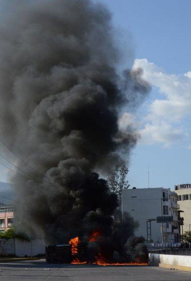 Per demonstraciją padegtas automobilis prie Gerero valstijos policijos pastato