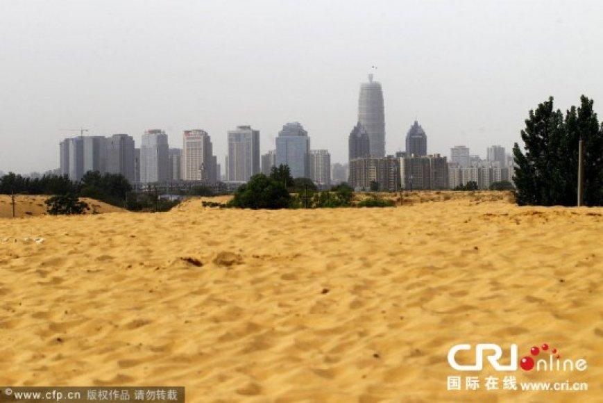 Vietoj dirbtinio ežero miesto pašonėje atsirado didžiulė smėlio dykuma.
