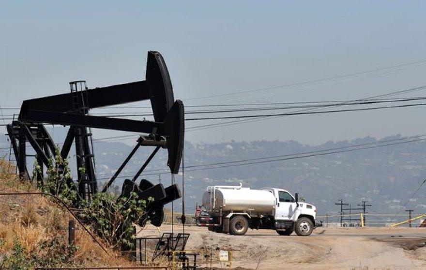 Neseniai rekordiškai smukusi naftos kaina vėl šauna į viršų.