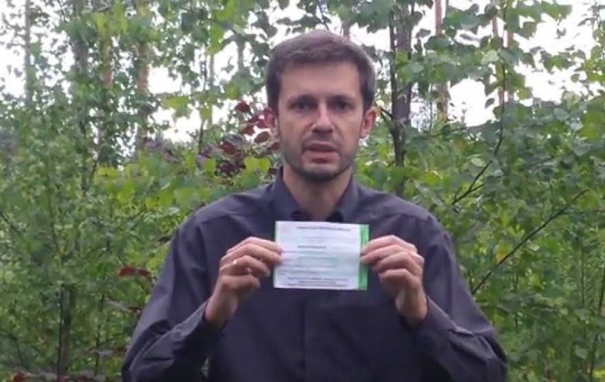 Andrius Tapinas degina referendumo biuletenį