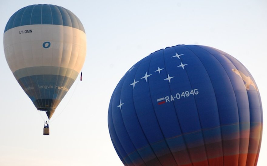 Kyla Roko Kostiuškevičiaus pilotuojamas balionas (dešinėje)