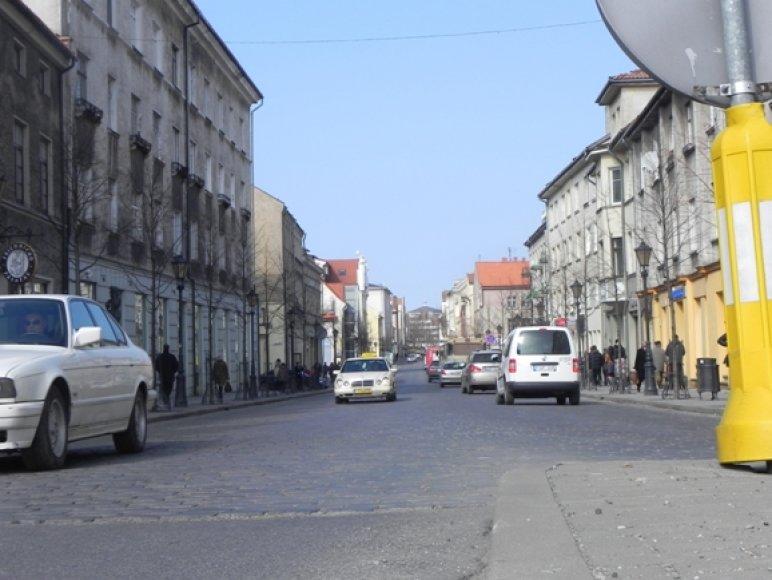 Leidimas automobiliams važiuoti Tiltų gatve čia gyvenančių žmonių buvo sutiktas priešiškai.