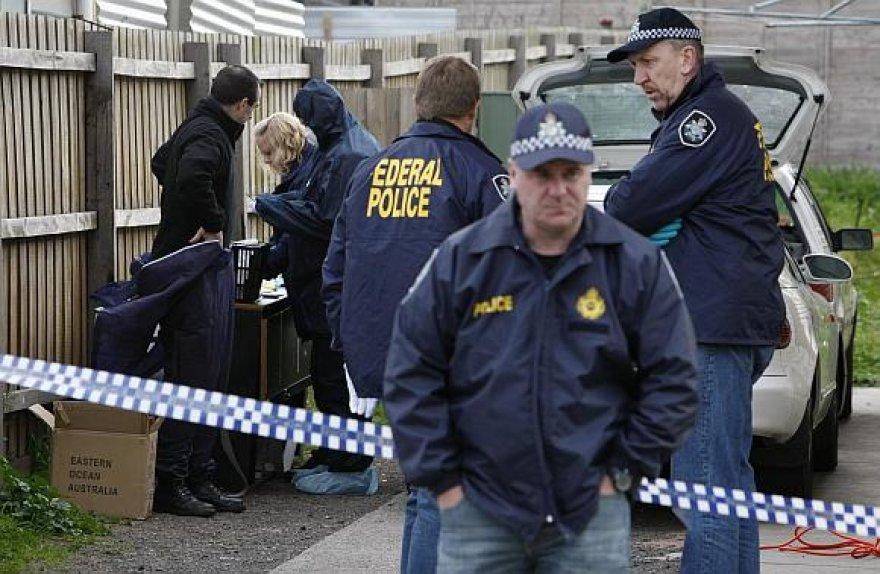 Australijos policija prie namo Melburno priemiestyje, kuriame buvo apsistoję įtariami teroristai.