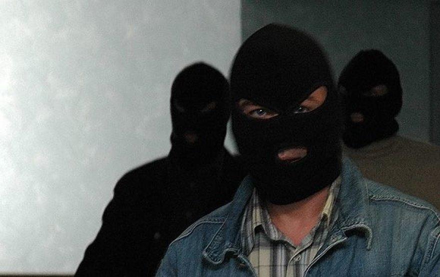 Žmonės su kaukėmis.