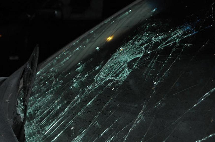 """Sudaužytas automobilio """"Opel"""" stiklas"""