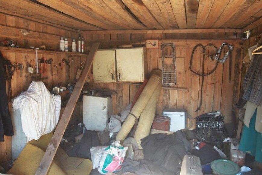 Garažuose esantį turtą fiksavo antstoliai.