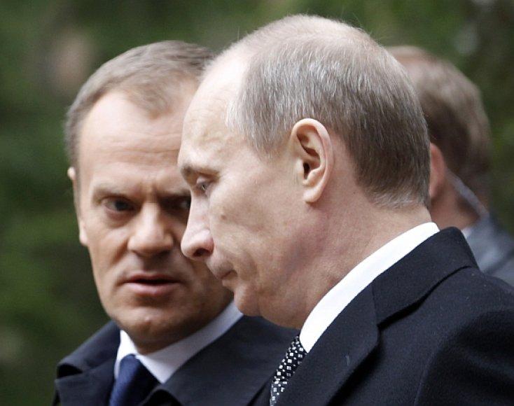 Donaldas Tuskas ir Vladimiras Putinas Katynėje