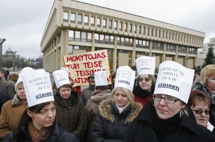 Mokytojai protestuoja prie Seimo dėl nedidinamų algų