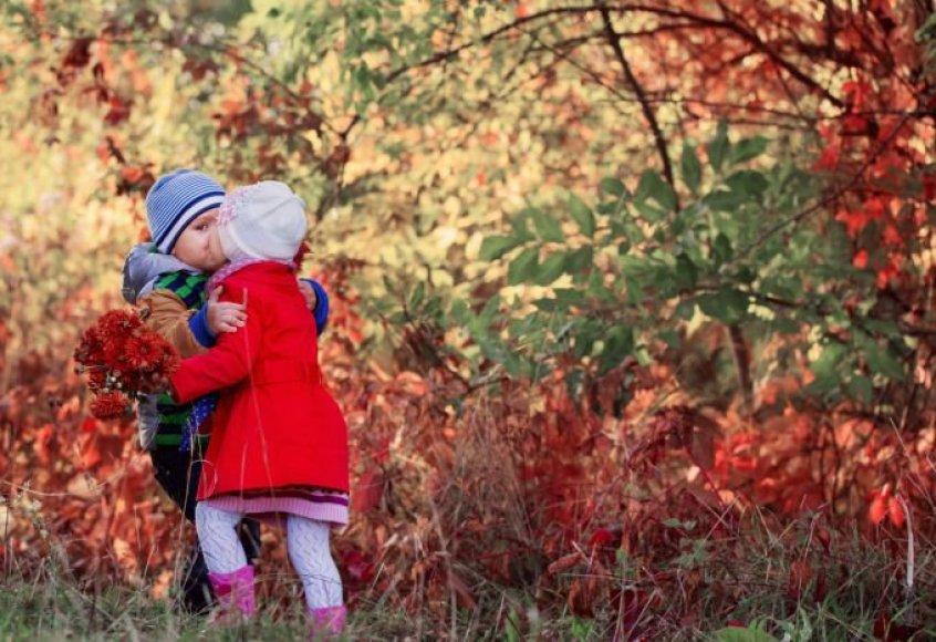 Vaikai rudenėjančiame parke