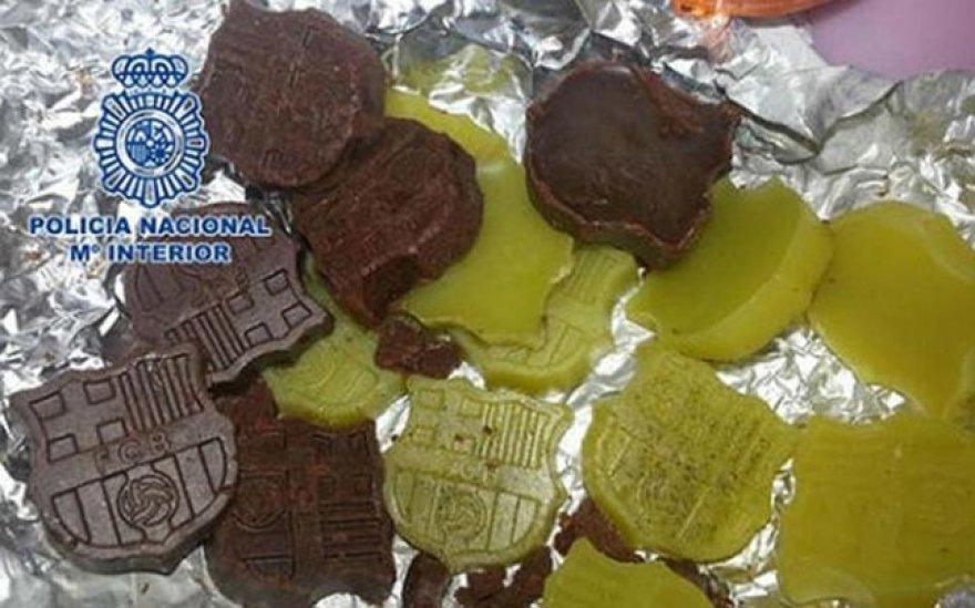 """Policija sugavo ispanų narkotikų platintojus, kurie  savo produkciją slėpė po """"Barcelona"""" ekipos emblema"""