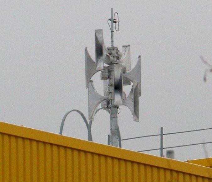 Skirtingose miesto vietose, daugiausia ant mokyklų pastatų, buvo įdiegta 13 sirenų komplektų su radijo antenomis,  garsiakalbiais ir valdymo įranga.